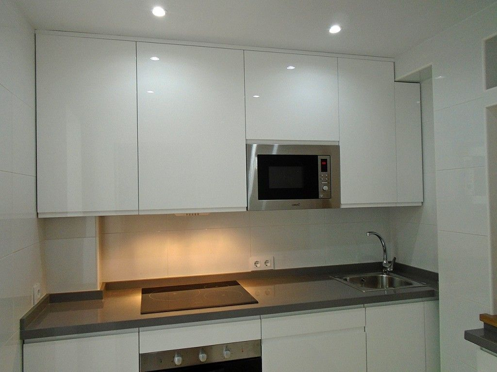 Cocina con puertas lacadas en blanco alto brillo tiendas cocinas sevilla - Cocinas blancas lacadas ...