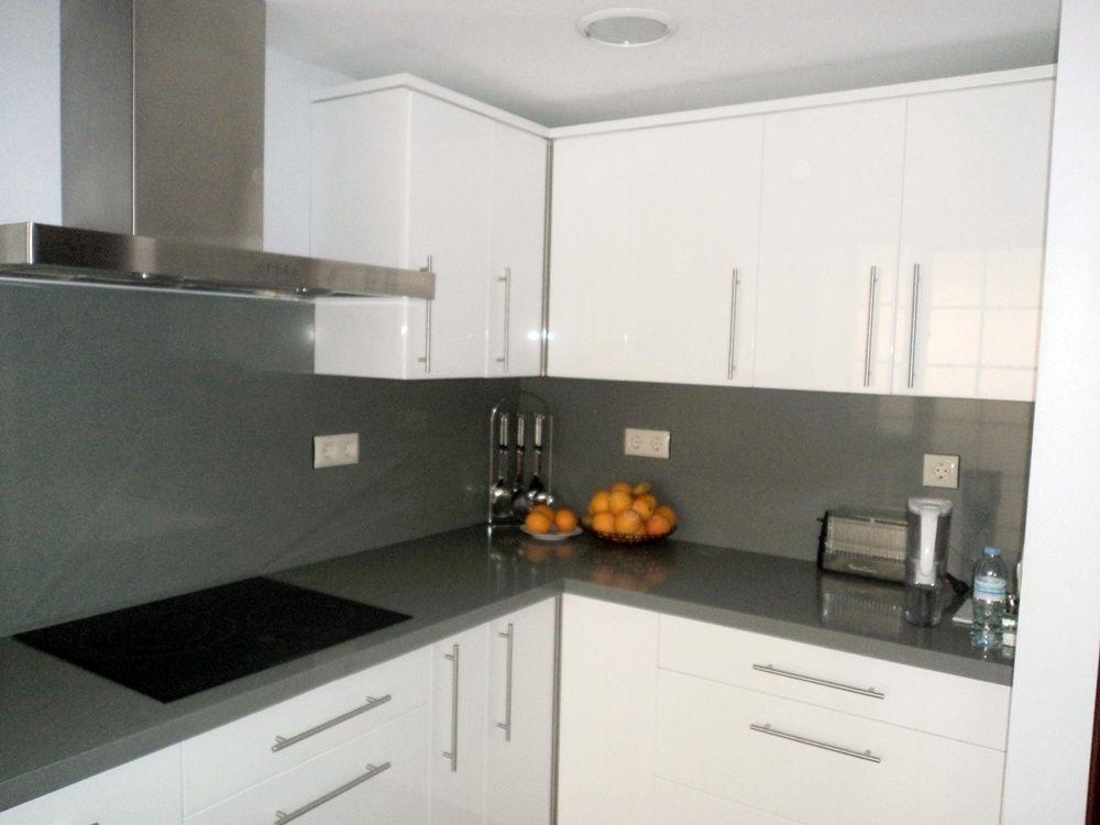 Cocina blanca y gris for Cocina blanca y madera moderna