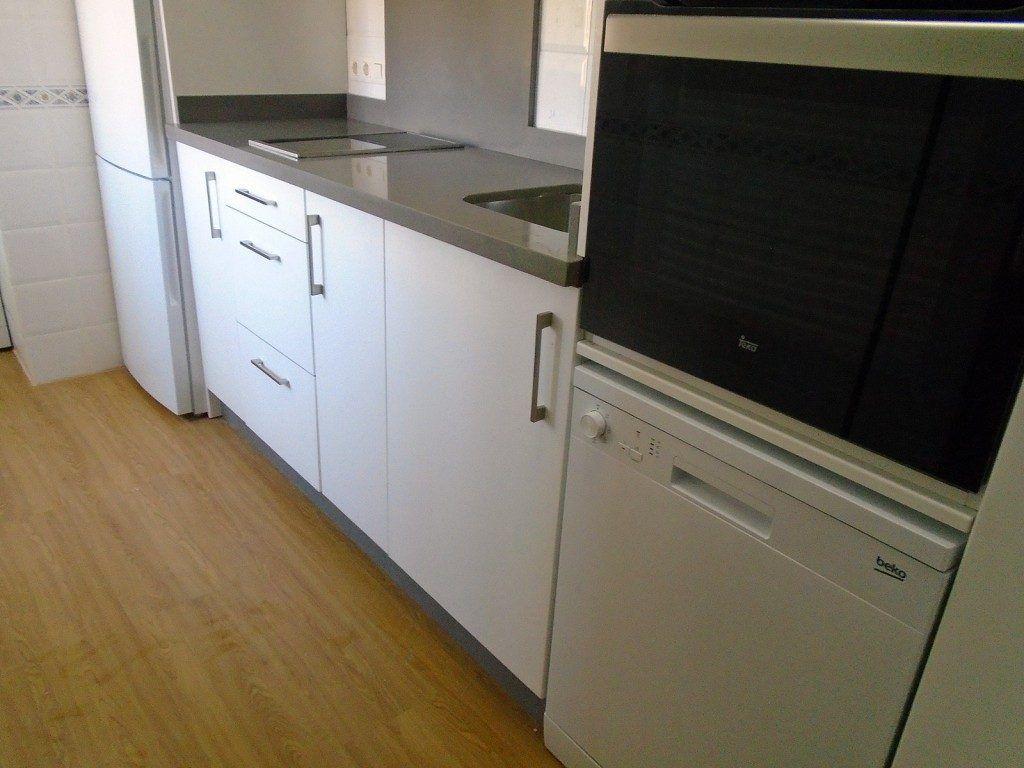 Cocina blanca con encimera gris de silestone www - Encimera cocina blanca ...