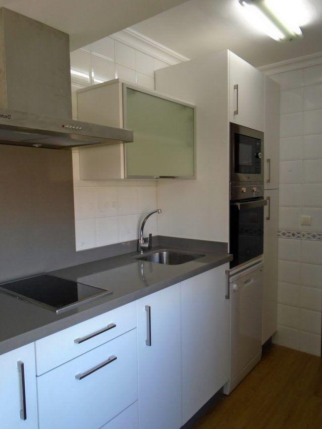 Cocina blanca con encimera gris de silestone www - Encimeras cocinas blancas ...