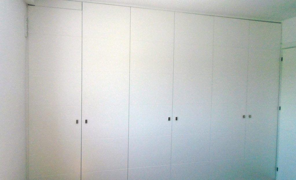 Armario con puertas lacadas abatibles armarios empotrados - Puertas armario abatibles ...