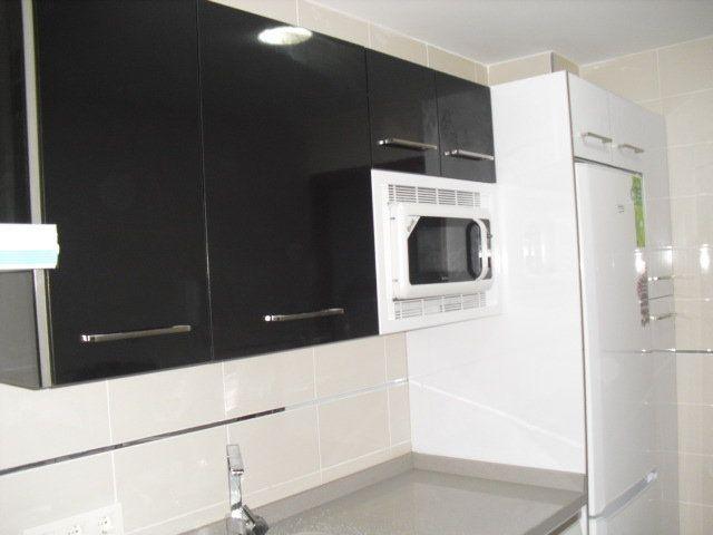 Cocina dos colores blanco y negro mueblesmcaso - Cocinas dos hermanas ...