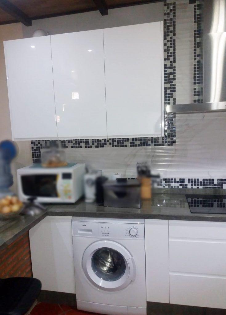 Cocina blanca con uñero (1)