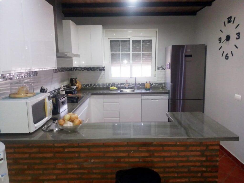 Cocina blanca con uñero (2)